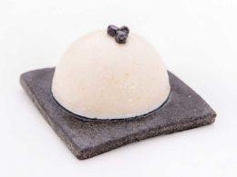 Dôme de Tarama blanc sur pain noir à l'encre de Seiche